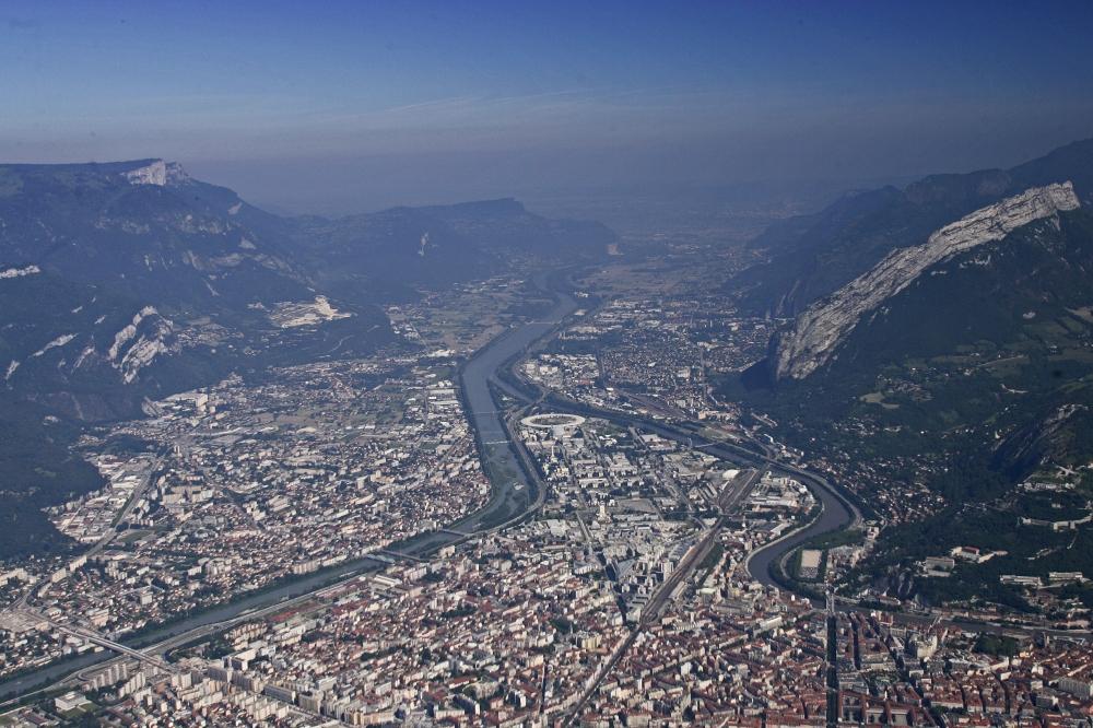 Vue aŽrienne sur Grenoble avec le PNR de Chartrjuse en arirre plan